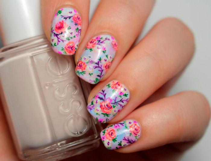 Фиолетовый маникюр с пестрыми цветами на ногтях средней длины