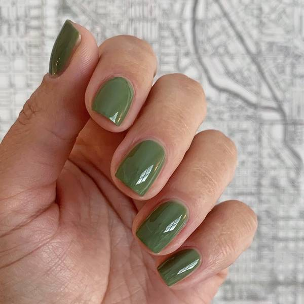 Фисташковый маникюр на коротких ногтях