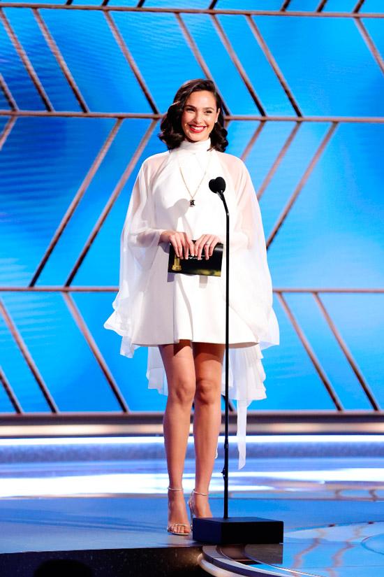 Галь Гадот в белом мини платье с прозрачными широкими рукавами