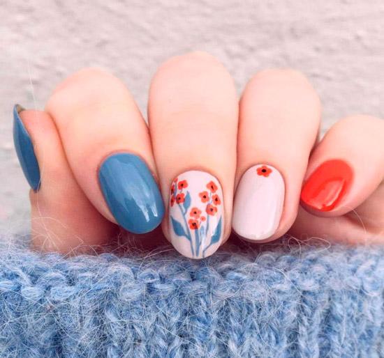 Глянцевый разноцветный маникюр с милыми цветочками на коротких овальных ногтях