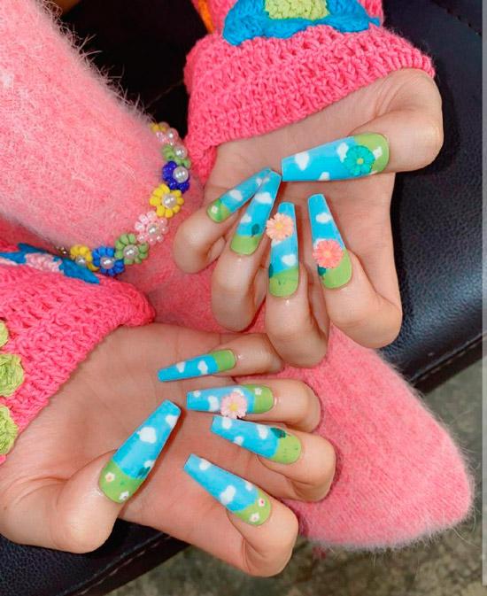Голубой маникюр с цветочным принтом на длинных акриловых ногтях