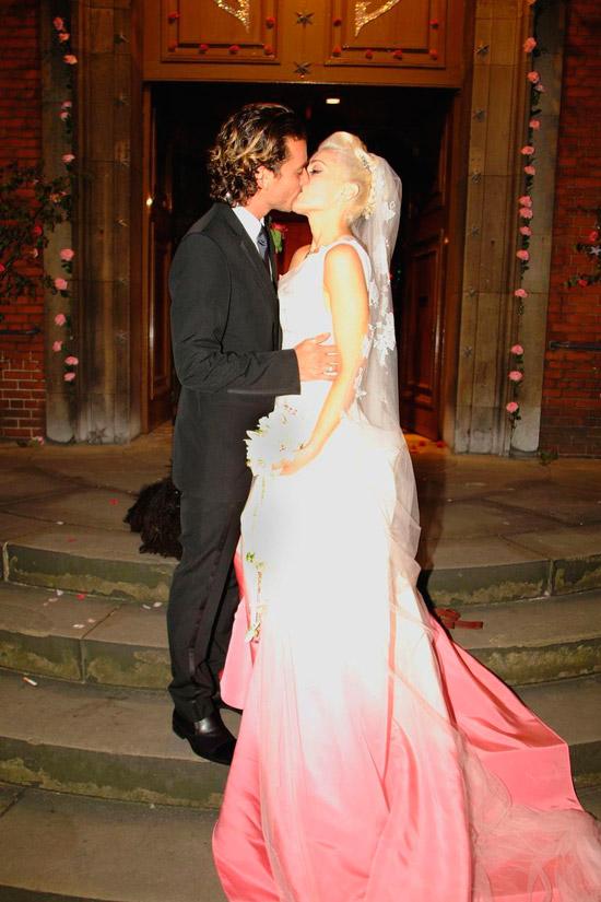 Гвен Стефани в свадебном платье с розовым омбре и фатой