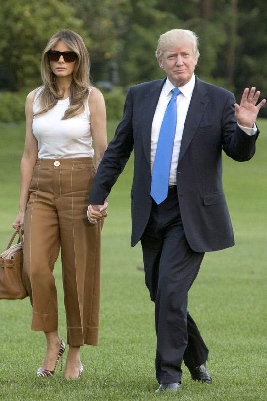 Мелания Трамп в белом топе и укороченных брюках
