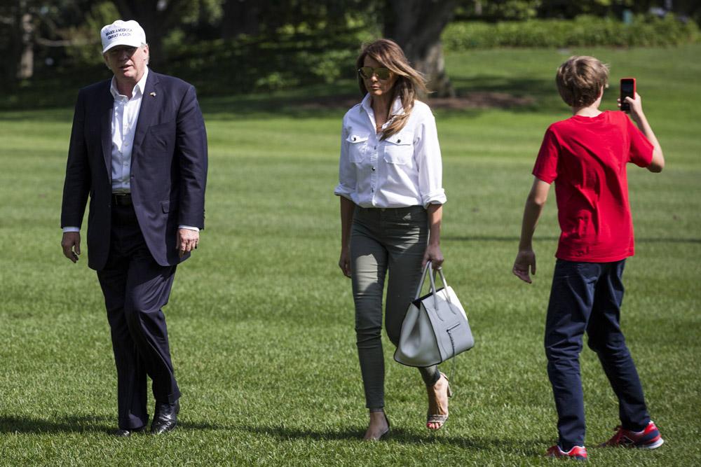 Мелания Трамп в зеленых джинсах и белой рубашке