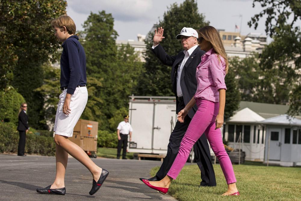 Мелания Трамп в розовой рубашке и джинсах