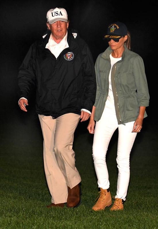 Мелания Трамп в белых джинсах и куртке хаки