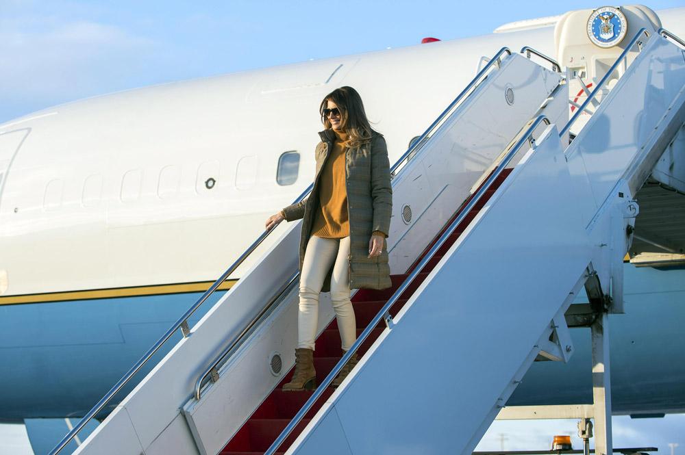 Мелания Трамп в горчичном свитере, пуховике и ботинках