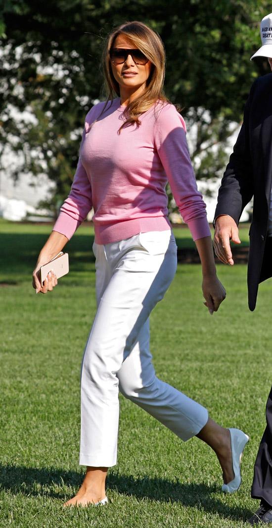 Мелания Трамп в джемпере и брюках