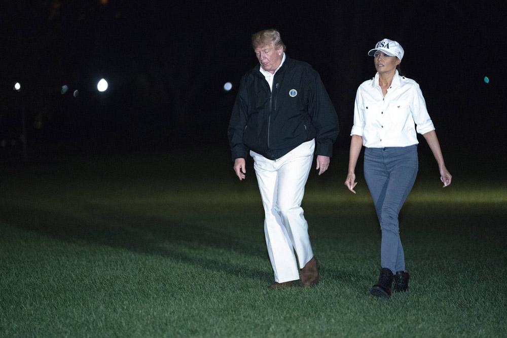 Мелания Трамп в ботинках и белой рубашке