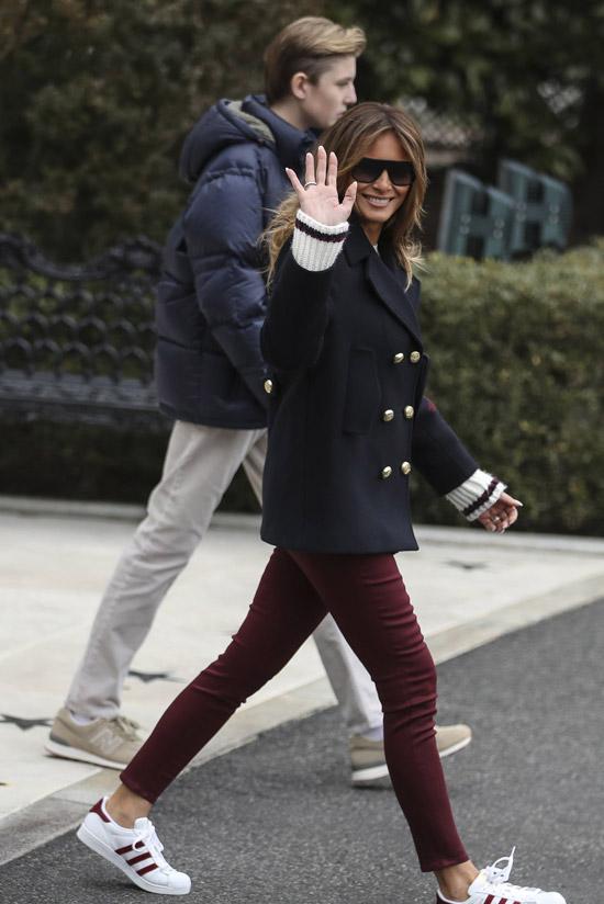 Мелания Трамп в бордовых джинсах и коротком пальто