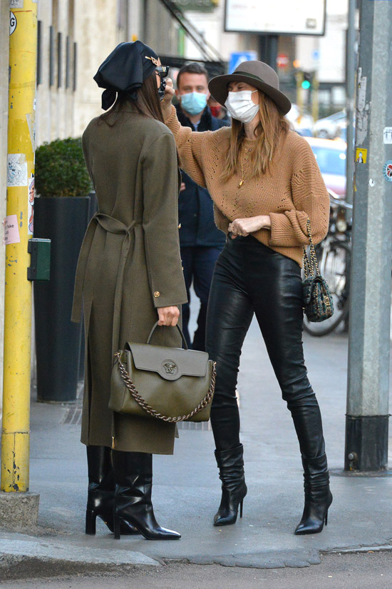 Ирина Шейк в платке на голове и пальто