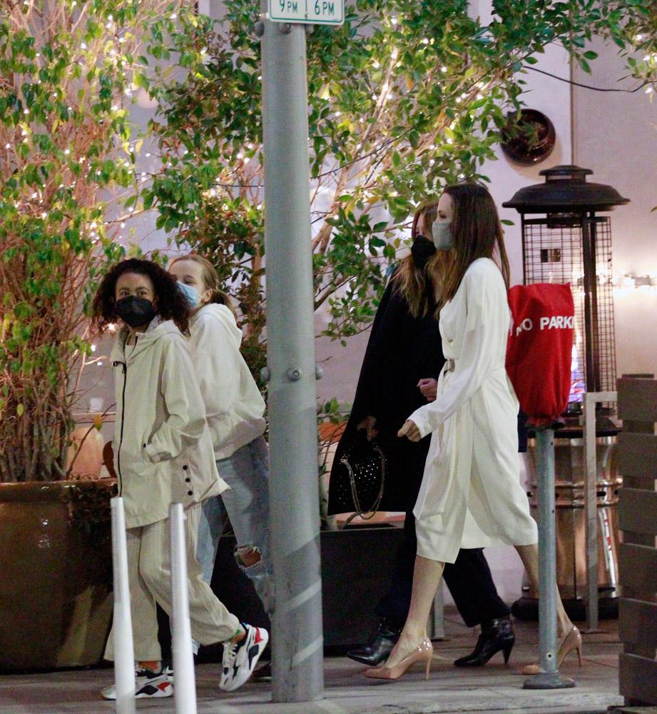 Анджелина Джоли вместе с детьми отправилась в ресторан на ужин