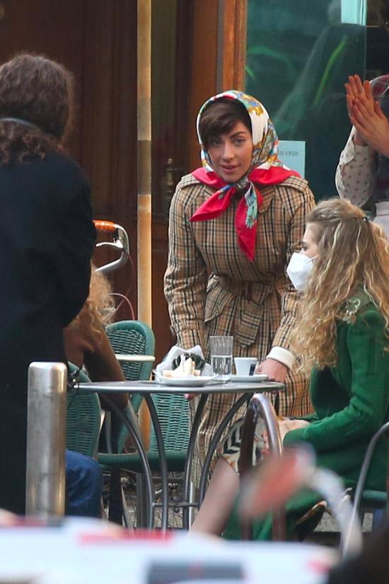 Леди Гага в шелковом платке и тренче
