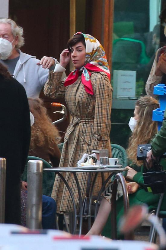 Леди Гага в клетчатом тренче