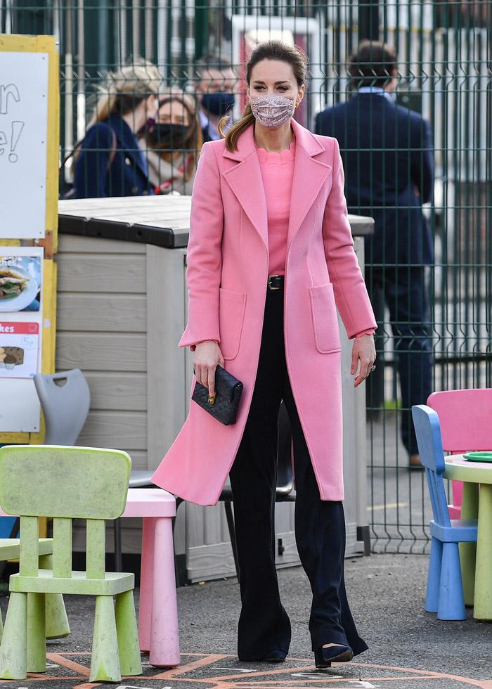 Кейт Миддлтон в розовом пальто и брюках