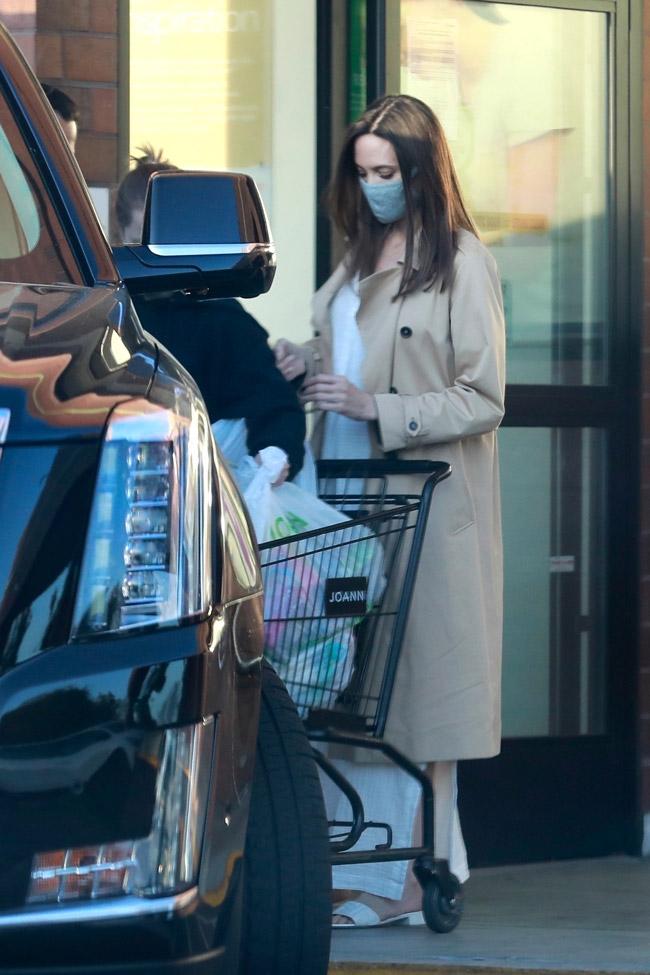 Анджелина Джоли в босоножках, платье и плаще