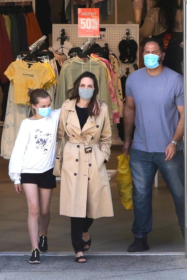 Анджелина Джоли в шлепанцах и плаще