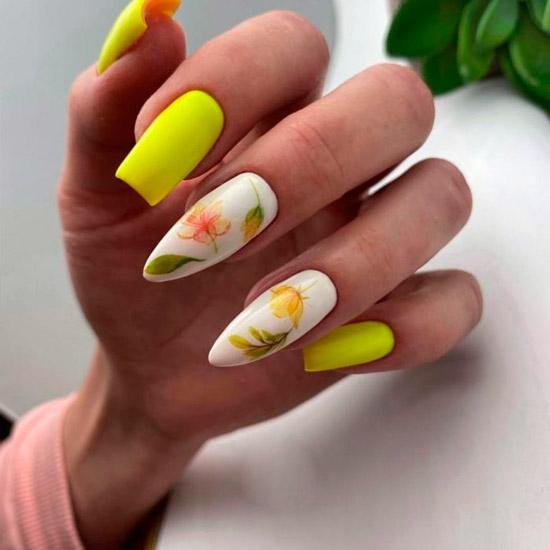 Летний желтый маникюр с цветочным принтом