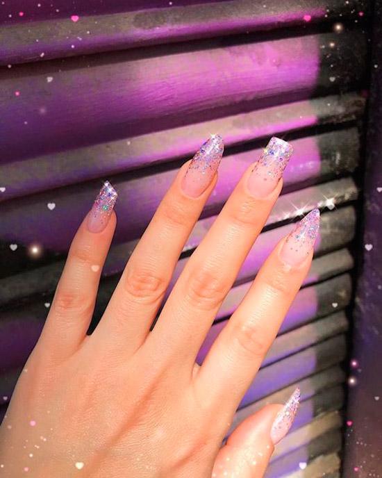 Маникюр с блестками на длинных асимметричных ногтях
