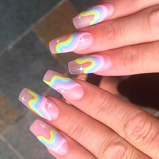 Маникюр с разноцветной радугой в пастельных тонах на длинных ногтях