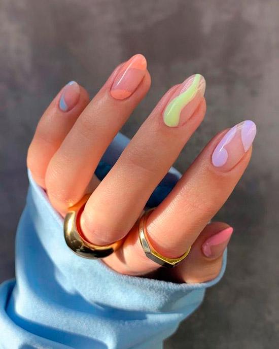 Маникюр с разноцветными волнами на овальных ногтях