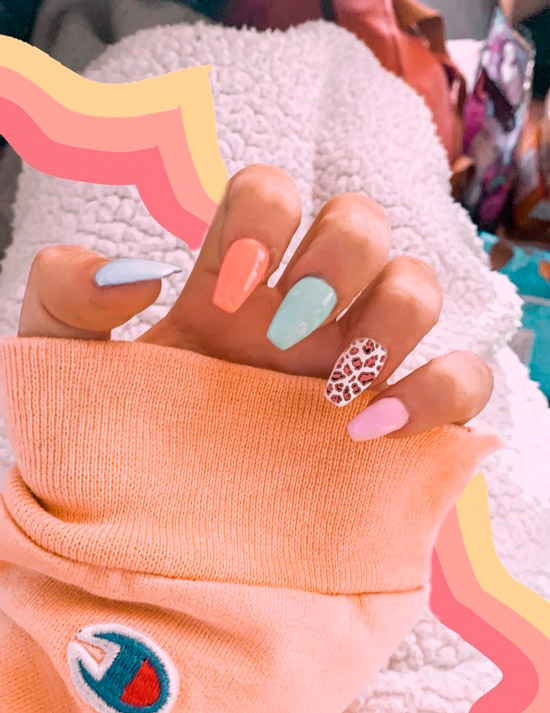 Маникюр в пастельных тонах на ногтях средней длины