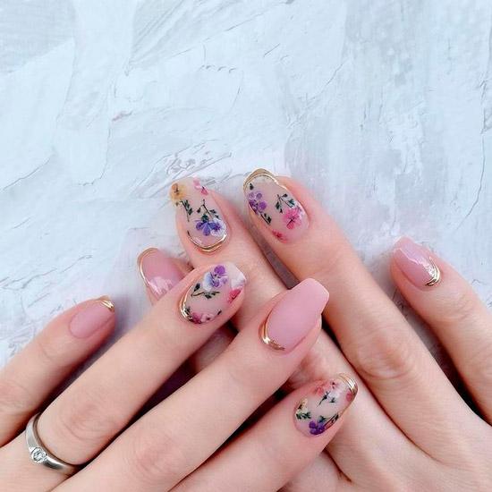 Матовый бежевый маникюр с цветочным принтом на ногтях средней длины
