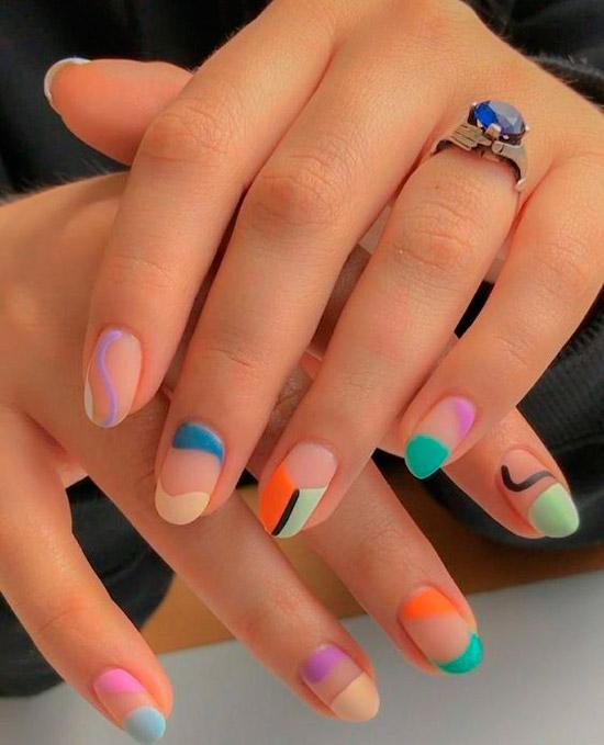 Матовый разноцветный маникюр на овальных ногтях