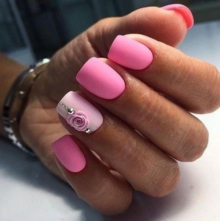 Матовый розовый маникюр с цветами на квадратных ногтях