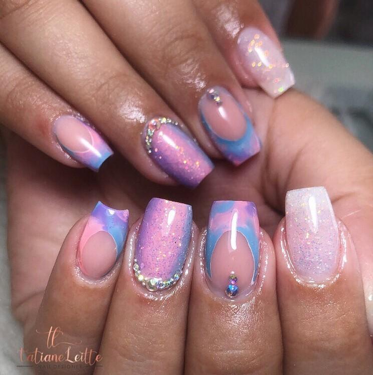 Милый фиолетовый маникюр со стразами на квадратных ногтях