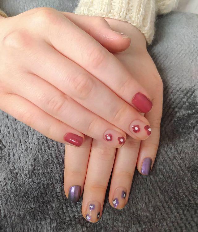 Милый маникюр с цветами на коротких ногтях