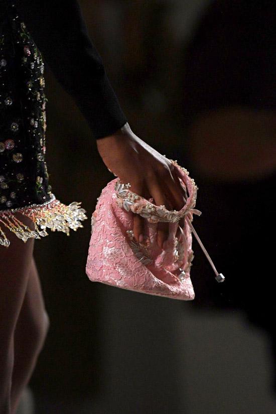 Модель с мягкой мини сумочкой розового цвета от blumarine