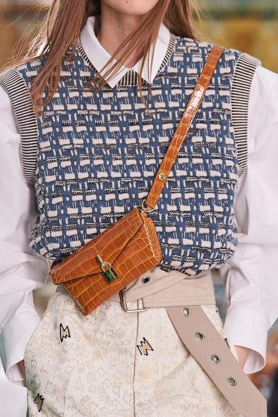 Модель в стильном образе с коричневой мини-сумочкой из кожи от Louis Vuitton