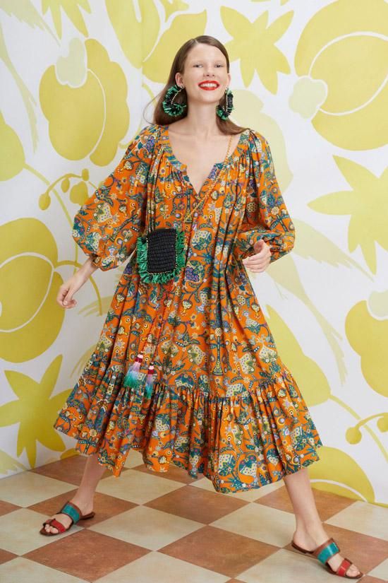 Модель в свободном оранжевом платье с цветочным принтом, шлепки на плоской подошве и мини сумочка от Le Double J