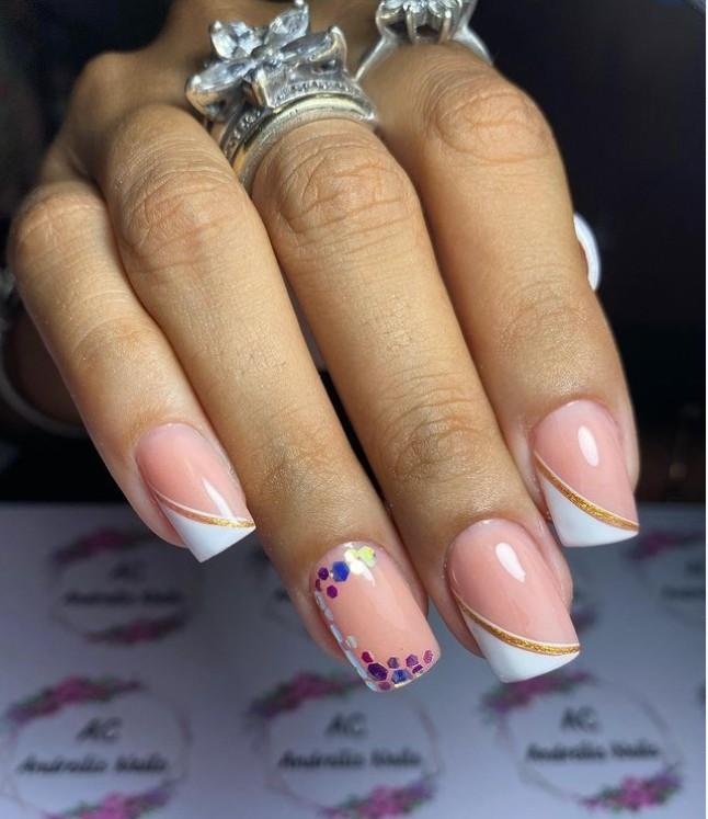 Необычный диагональный френч на квадратных ногтях с золотой полосой и блестками