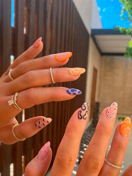 Необычный маникюр с разными принтами на овальных ногтях