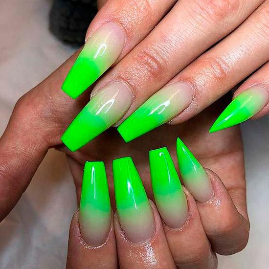 Неоновый зеленый маникюр на длинных ногтях