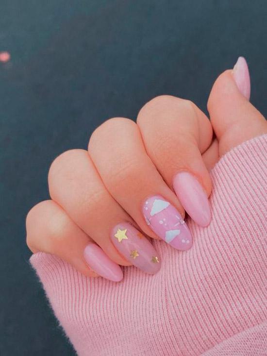 Нежно розовый маникюр с золотыми блестками на овальных ногтях