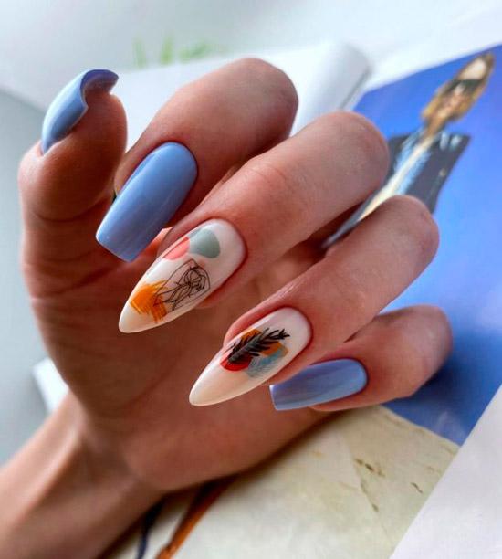Нежный голубой маникюр с абстрактным принтом