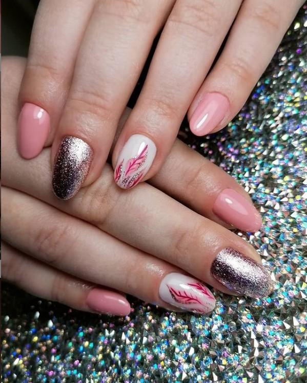 Нежный маникюр в пастельных оттенках с блестками на овальных ногтях средней длины