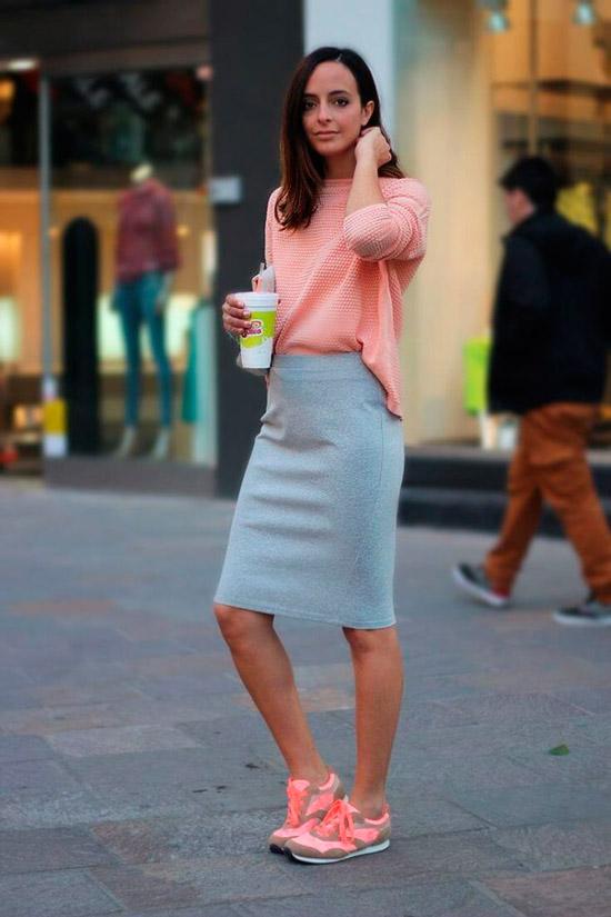 Нежный образ с розовой кофточкой, серая юбка карандаш и персиковые кроссовки