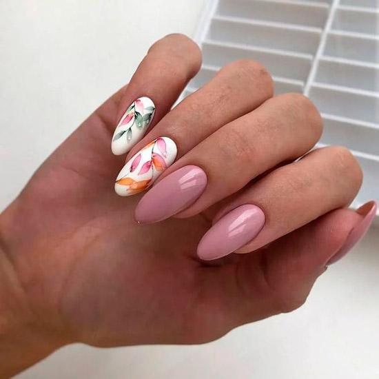 Нежный розовый маникюр с цветочным принтом на длинных овальных ногтях
