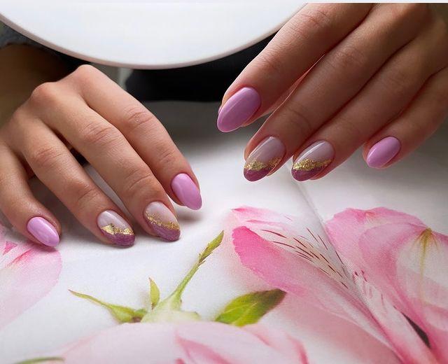 Нежный розовый маникюр с золотой фольгой на овальных ногтях средней длины