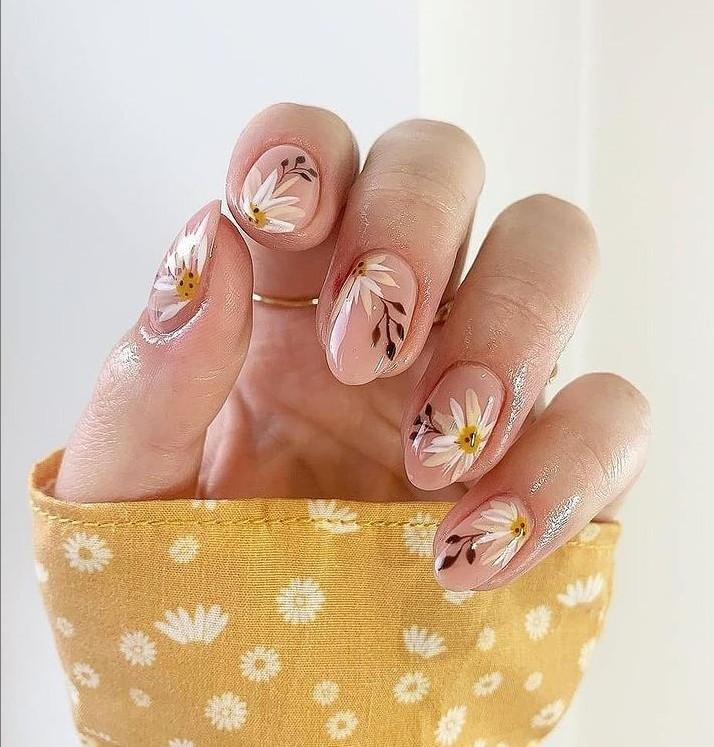 Маникюр с милыми ромашками на овальных ногтях