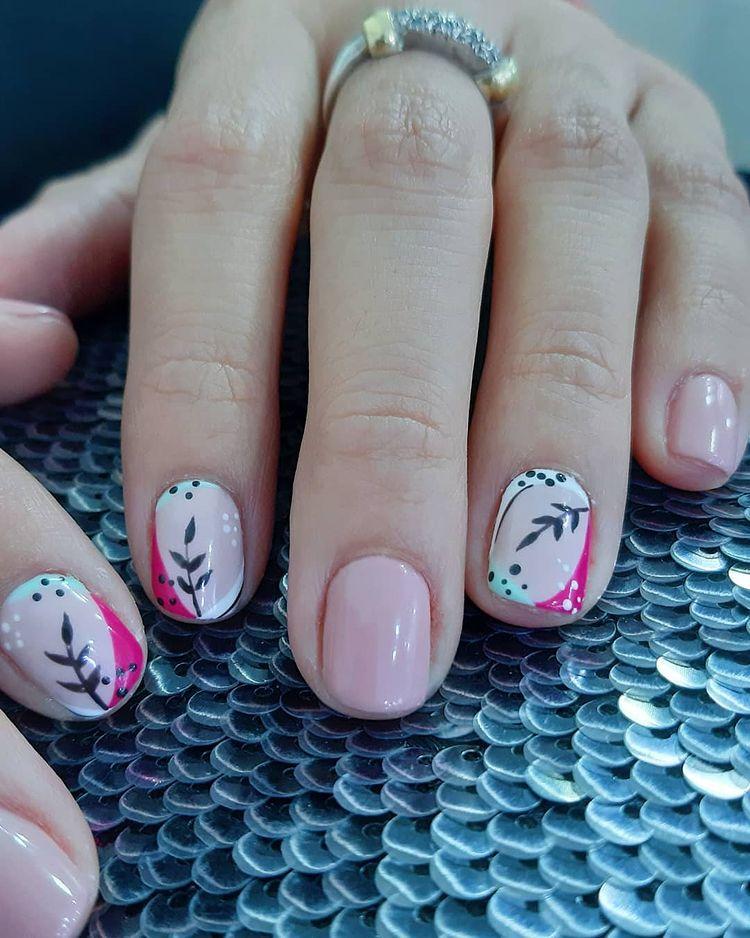 Маникюр с розовыми акцентами и принтом на коротких ногтях