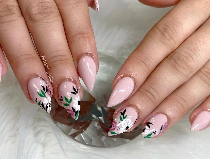 Маникюр с цветочным принтом на острых ногтях