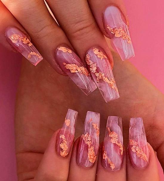 Очень красивый мраморный розовый маникюр с золотом на длинных ногтях