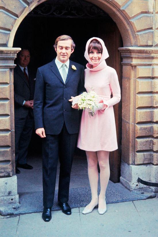 Одри Хепберн в розовом мини платье с длинными рукавами и платок