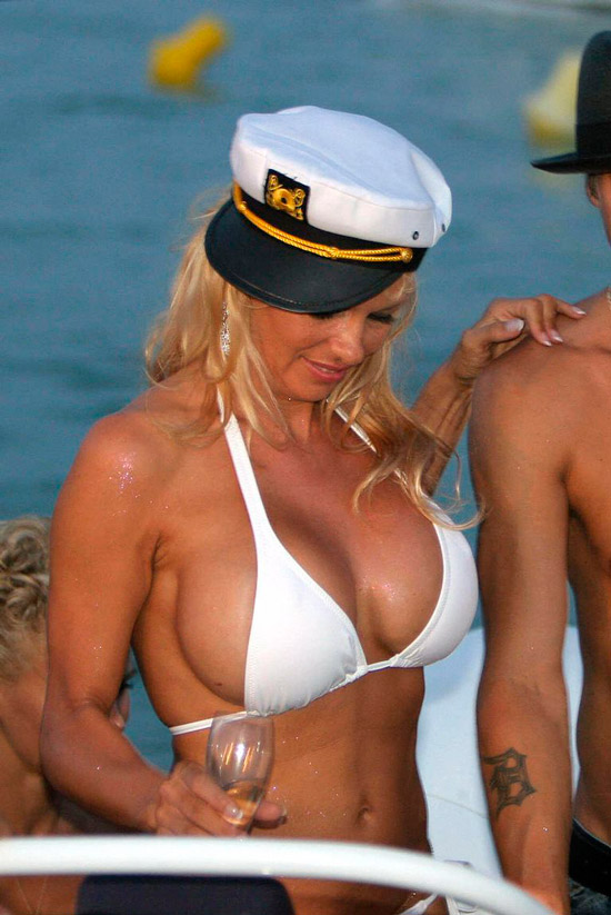 Памела Андерсон в белом купальнике и кепке
