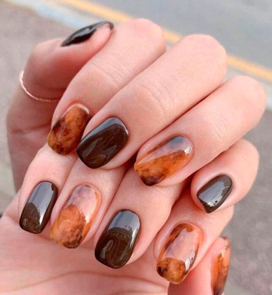 Размытый черепаший принт в коричневых оттенках на ногтях средней длины